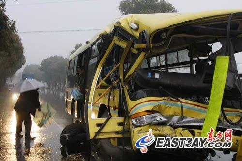 上海奉贤公交车追尾撞卡车24人受伤 组图